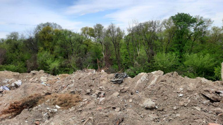 Alunecare de teren mascată cu pământ la iniţiativa primarului (video)