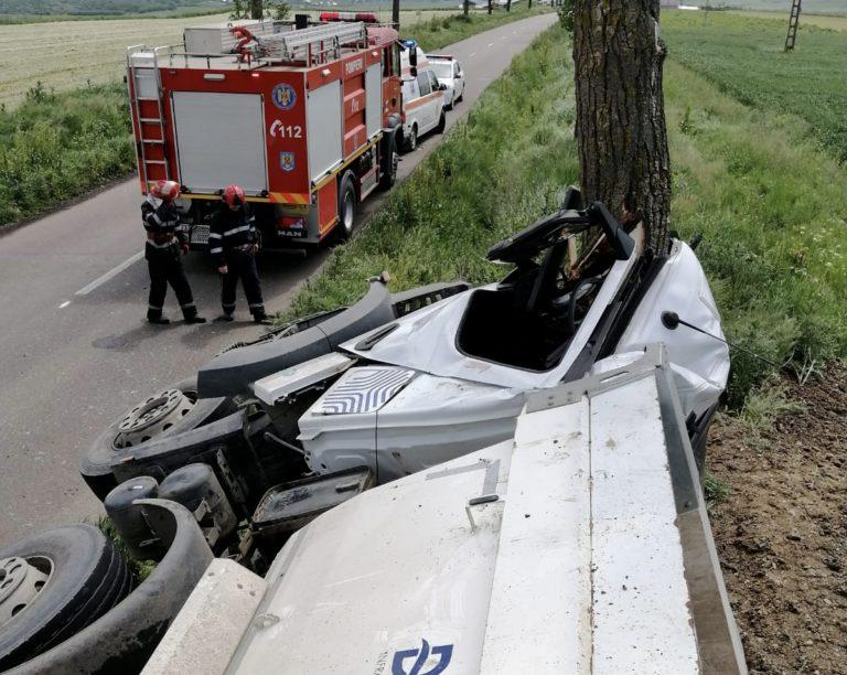 Şofer încarcerat după ce s-a izbit cu camionul într-un copac