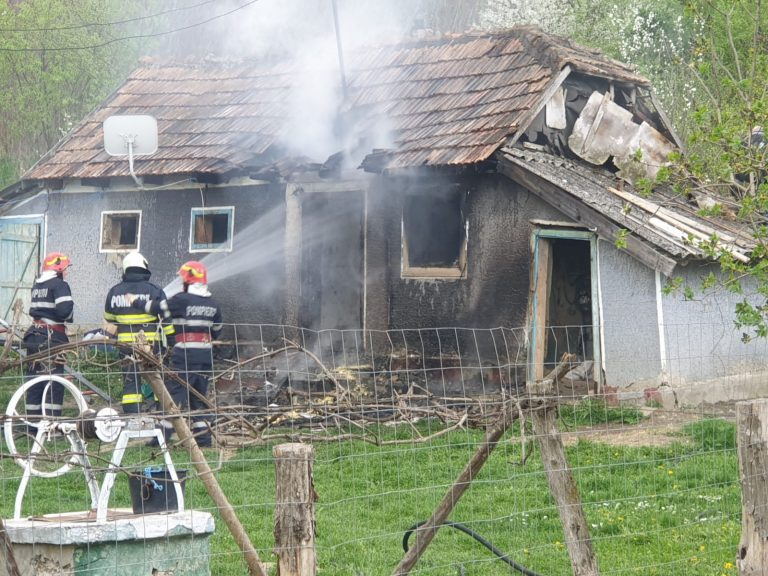 Casă incendiată după o ceartă cu soția