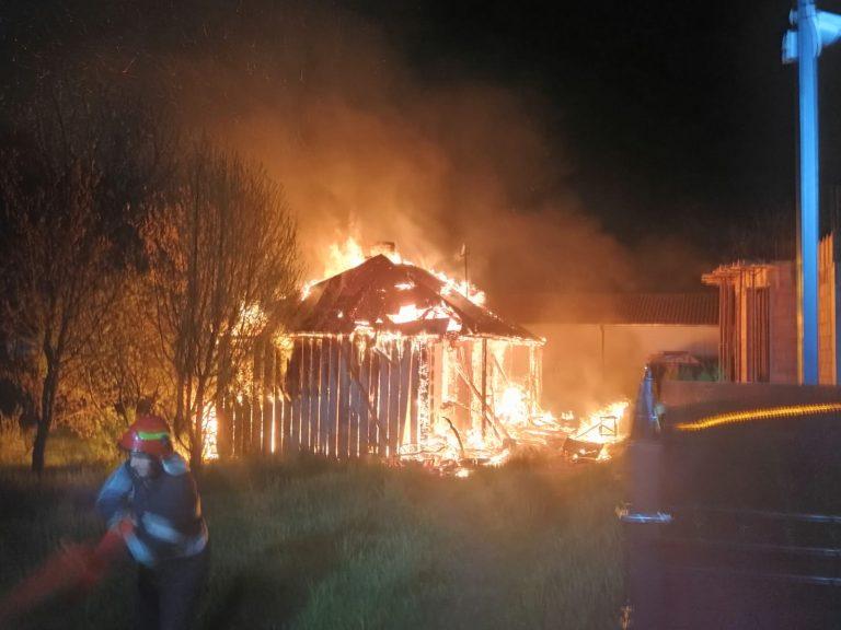 Incendiu violent la Dorohoi. Casă mistuită de flăcări