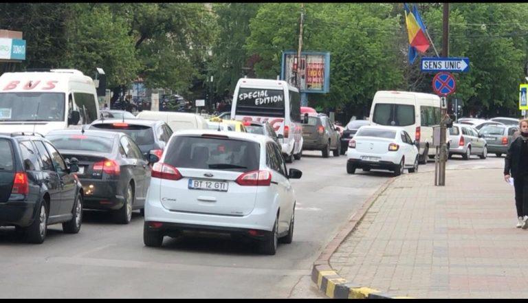 Oraş sufocat de maşini în vinerea verde (video)
