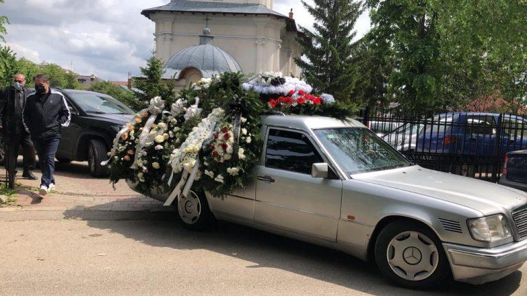 Lacrimi şi durere la înmormântarea medicului ucis de Covid (video)