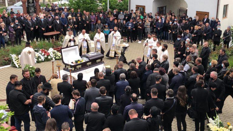 Mare de lacrimi la înmormântarea artistului Iulian Cojocaru (video)