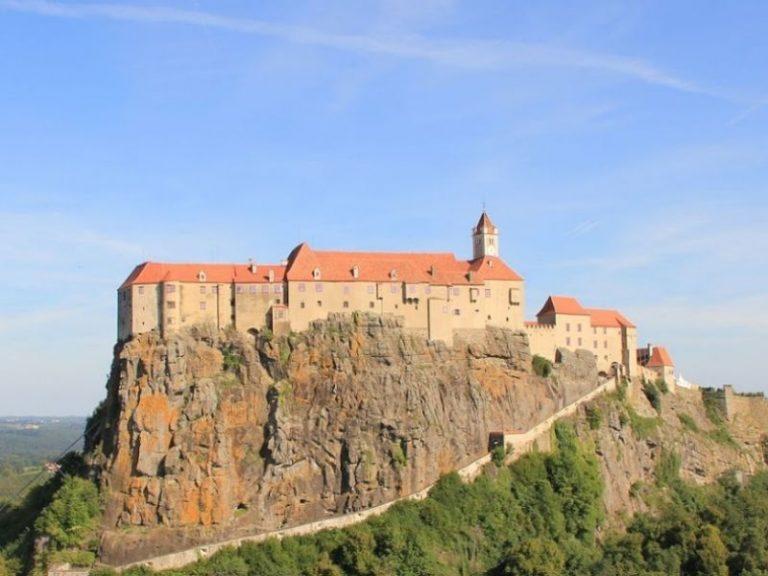 Românii au prăbuşit pe Google Maps ratingul castelului ce aparține prințului acuzat că a ucis un urs în România