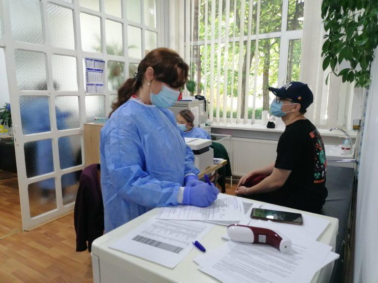 """Zeci de liceeni s-au vaccinat la Colegiul Naţional """"Mihai Eminescu"""""""