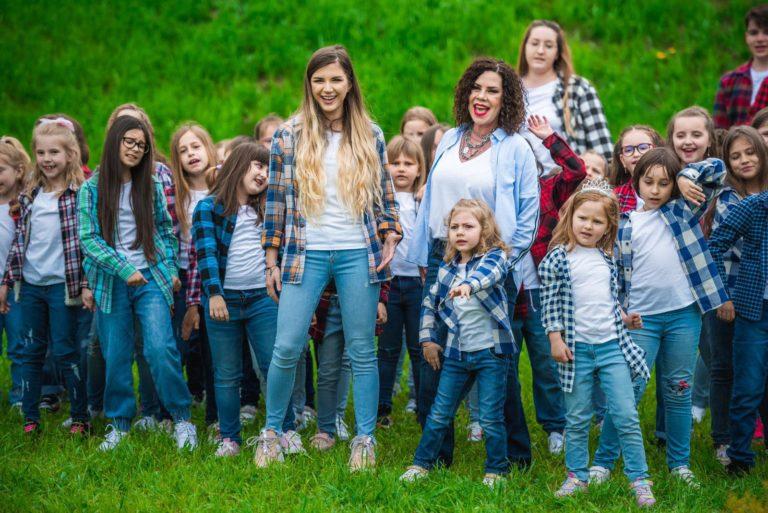 """Două mici artiste botoșănence, pe scena Festivalului """"Mamaia Copiilor"""""""