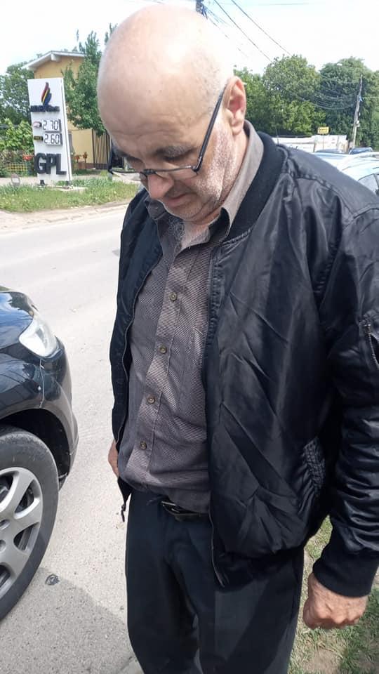 Bărbat prins beat criță la volan, cu sticla de băutură lângă el