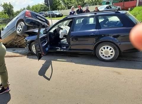 """O şoferiţă şi-a """"parcat"""" maşina sub o alta"""