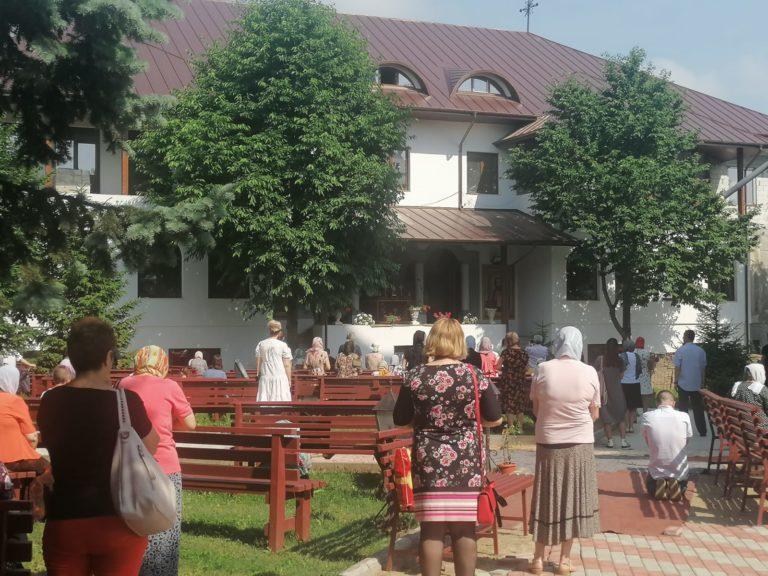 Slujbă cu sute de credincioşi la Biserica Vovidenia (video)