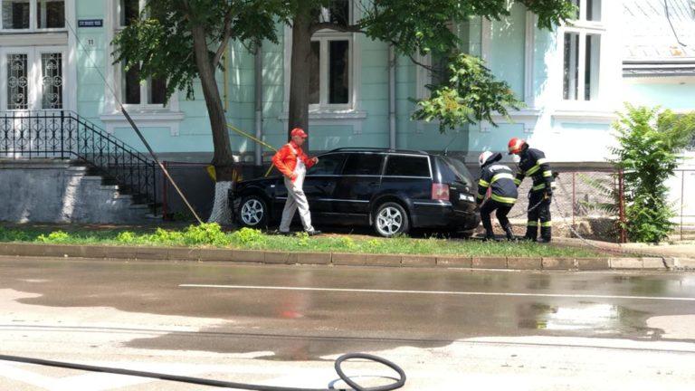 Pericol de explozie după un accident în marginea oraşului (video)