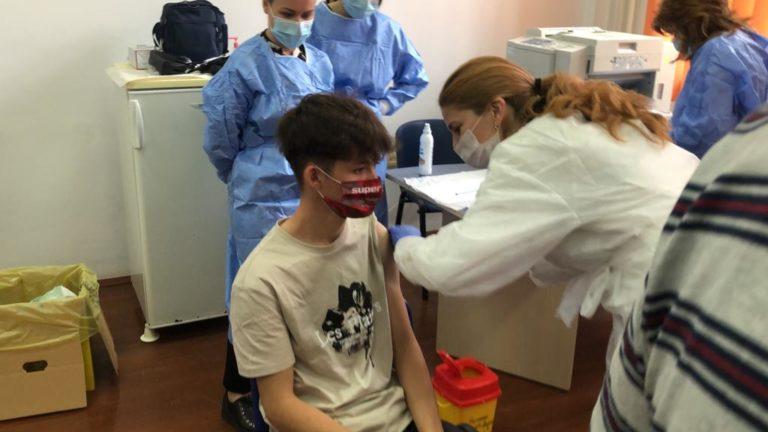 Zeci de elevi vaccinaţi la Laurian (video)