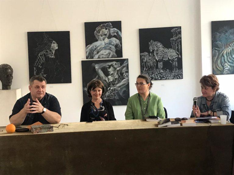 """Dublă lansare de carte la Galeriile de Artă """"Ștefan Luchian"""" din Botoșani (video)"""