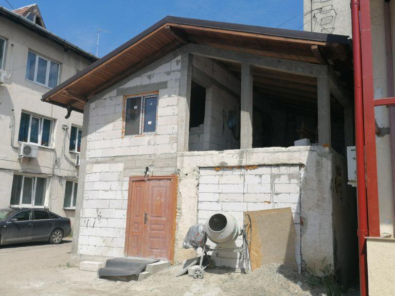 Case şi sedii de firmă ridicate fără autorizaţie