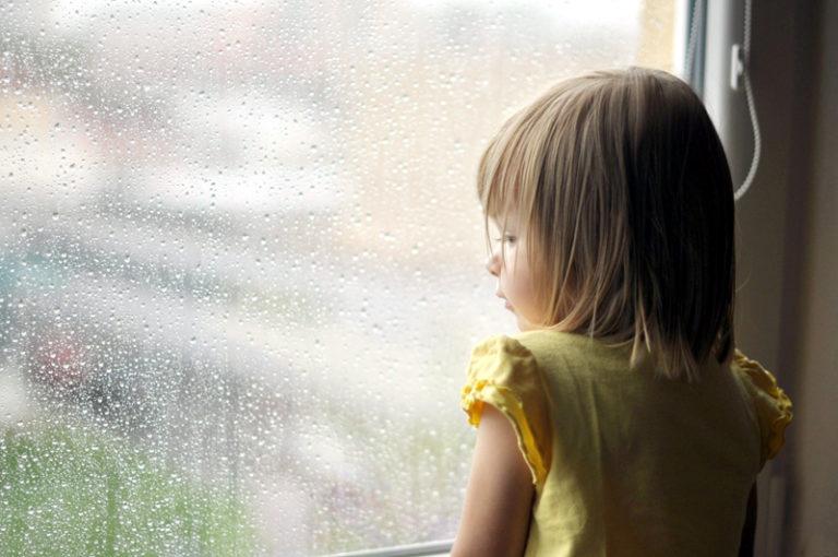 Mii de copii botoşăneni cresc departe de părinţi