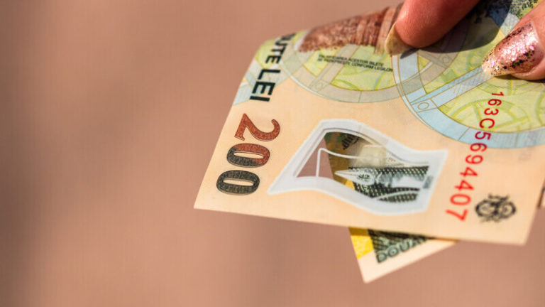 Pensionarii care încasează pensia pe card vor fi informați pe mail
