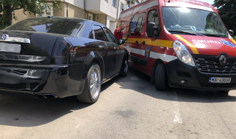 Oraş sufocat de maşini parcate la întâmplare (video)