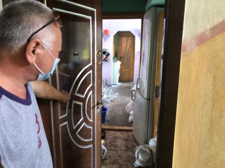 Vecini terorizaţi de un bărbat care şi-a transformat casa în ghenă de gunoi (video)