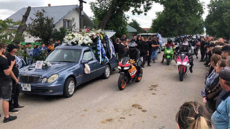 Mare de lacrimi la căpătâiul tânărului decedat în accident de motocicletă (video)