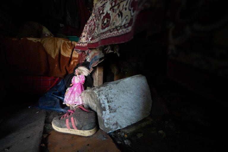 Copilă distrusă în propria familie