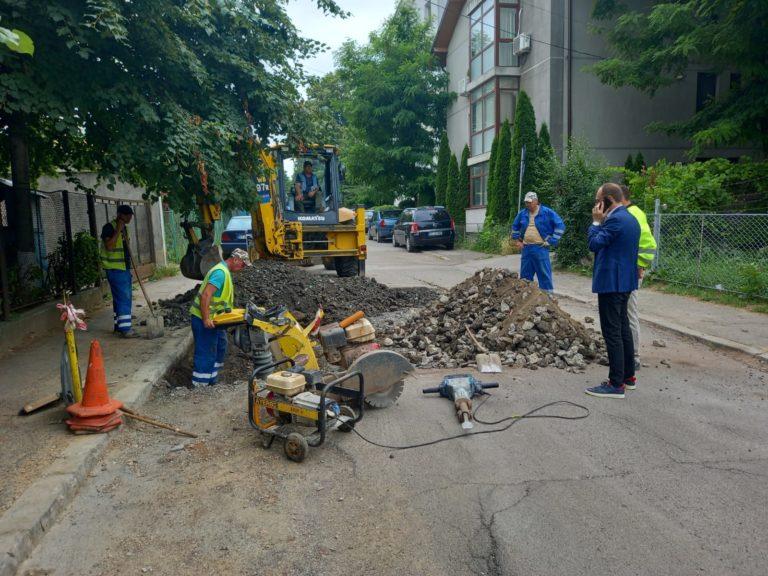 A început asfaltarea gropilor rămase după avariile la reţeaua de apă – canal