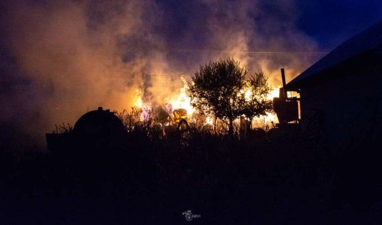 Incendiu uriaș în toiul nopții. Zeci de tone de furaje mistuite de flăcări