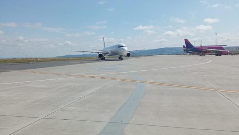 Plan roșu de intervenție pe Aeroportul din Iași. Un avion cu 107 pasageri la bord, care venea din Italia, s-a defectat