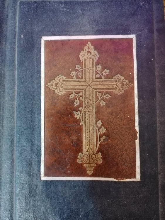 Cărți din parohia Călinești expuse la Memorialul Ipotești: Dumneḑeeștile Liturghii, tipărite în zilele Majestății sale Iubitor de Dumnezeu CAROL I, Regele României