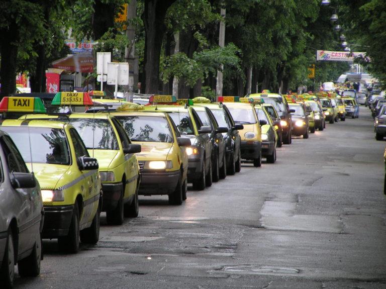 Taximetrişti lăsaţi fără bani de escroci