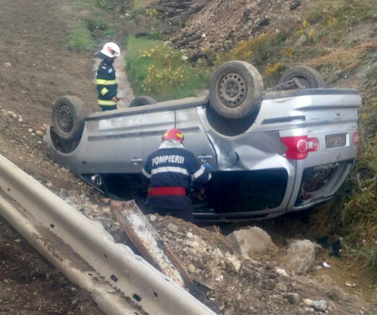 Mașină răsturnată în afara șoselei