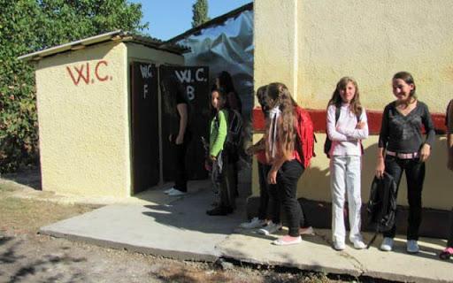 Bani de la CNI pentru grupurile sanitare din curtea școlilor