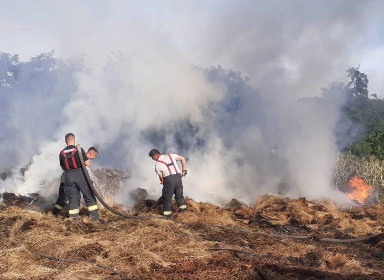 Joacă incendiară – trei copii au dat foc unui depozit de furaje. Pompierii au luptat trei ore cu flăcările