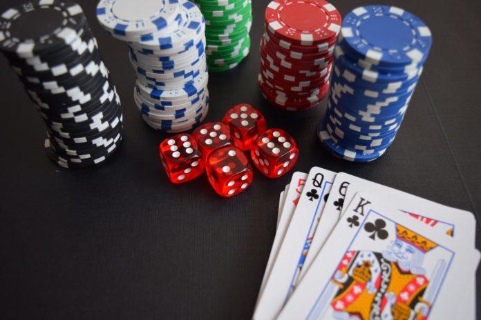 Sursa foto: https://www.pexels.com/photo/cards-casino-chance-chip-269630/