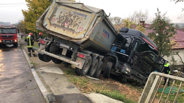 Camion oprit în curtea unei case (video)