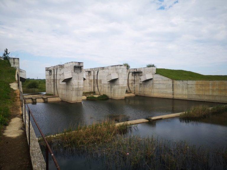 Monument al naturii inundat pentru bani