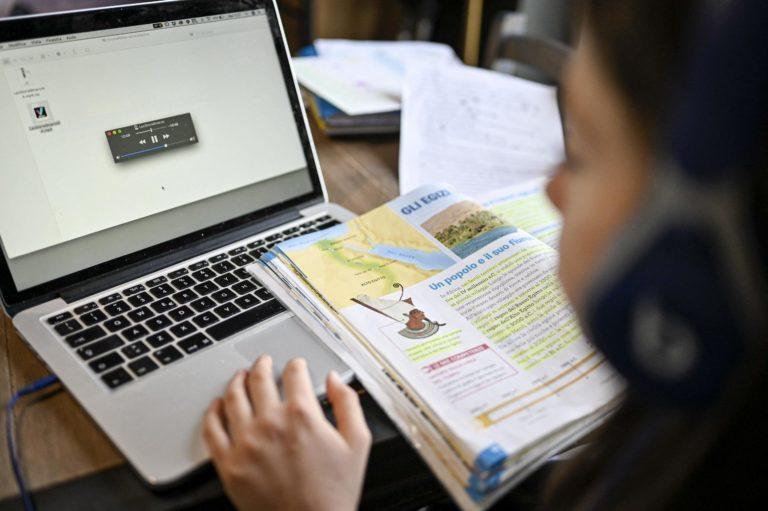 Ajutor financiar pentru părinţii ai căror copii fac ore online