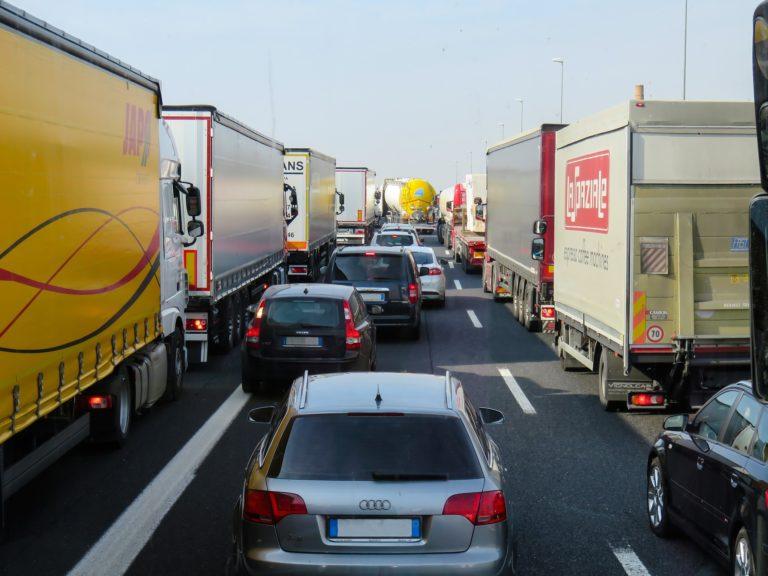 Circulaţie îngreunată la frontiera cu Ungaria, coloane de camioane la ieşirea din ţară